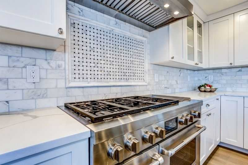 A pro-style gas range fitted in a modern kitchen