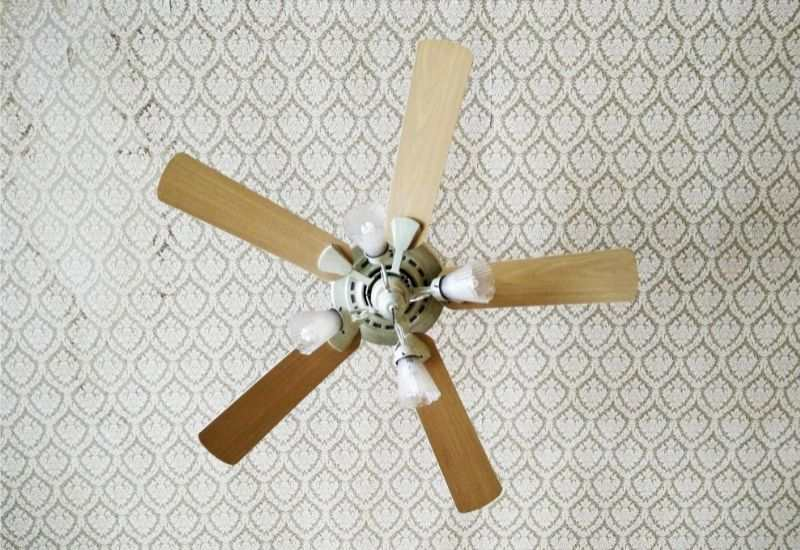 An old-fashioned 5-blade ceiling fan