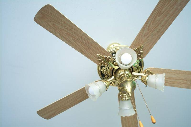 Old-fashioned ceiling fan with 4 lights